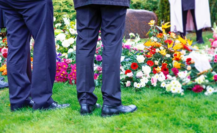 お葬式は足元にも心配りを|靴のマナーを男女別に解説します