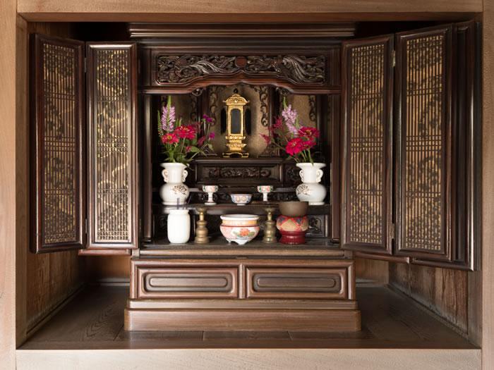 仏壇の処分方法と金額を解説|菩薩寺・仏壇屋・業者どれを選ぶか