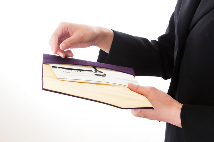 親族の四十九日法要に包む香典の金額は1万円で大丈夫?故人との関係別金額相場と香典のマナーを解説