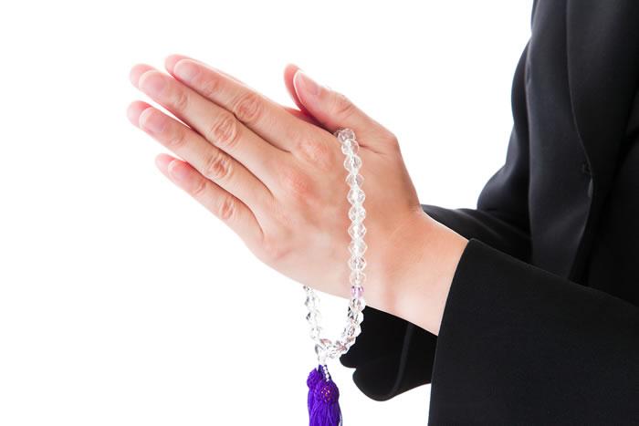 その数珠の持ち方大丈夫?宗派ごとの数珠の持ち方使い方を解説します