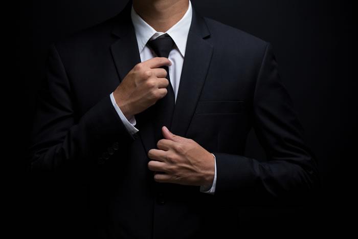お葬式の場にふさわしいネクタイは?タイピンはNG?葬儀の場に適切なネクタイを解説
