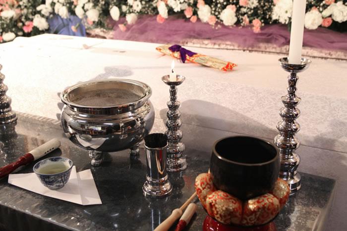 葬儀における焼香のやり方とマナーとは?宗派別の作法や回数の違いもわかりやすく解説