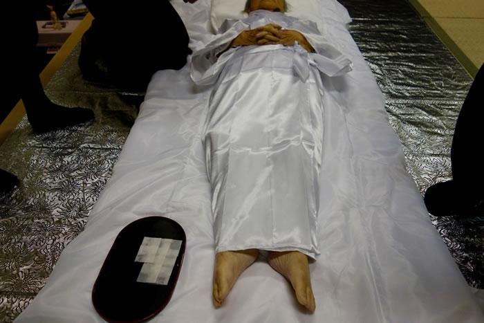 死装束とは?意味や着方、新しい形のエンディングドレスについて解説