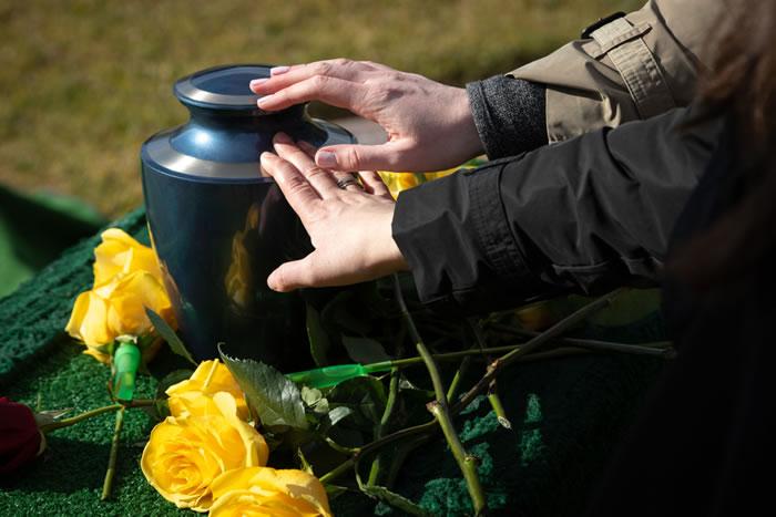 納骨式に参加する場合の香典の金額相場は5,000円〜10,000円!ケース別、はじめてでもわかる香典のマナー解説