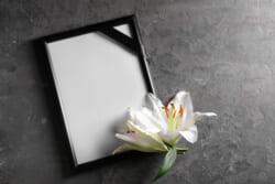 葬儀に使う遺影の額縁に決まりはない!素材や色で遺影の印象がグッと変わる