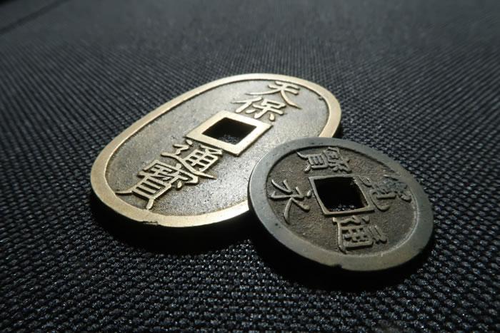 葬儀で棺に六文銭を入れる意味とは?現代における六文銭の意味とその役割