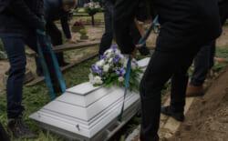 日本では土葬をするのが難しい?土葬する場合は土地や墓地探しが重要なポイント