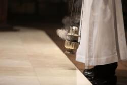 レクイエムとはキリスト教における死者のためのミサ曲|葬儀や命日におけるレクイエムについてわかりやすく解説