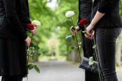 密葬とはどんな形式で執り行うもの?家族葬や直葬との違いも解説