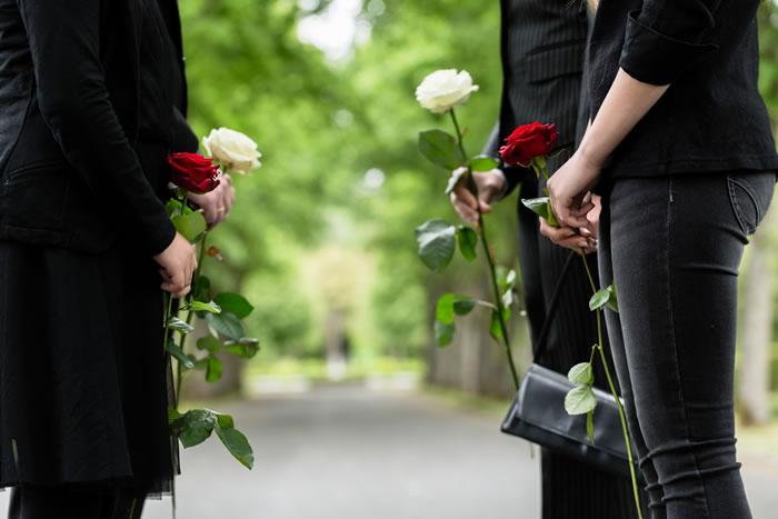 密葬とはどんな形式で執り行うもの?家族葬や直送との違いも解説