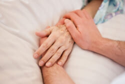 親が死んだらどうすればよい?葬儀や通夜までの流れと手続きなどをわかりやすく解説