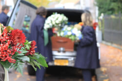 別れ花とは|納棺・出棺の際に添えるお花の種類と費用の相場を解説