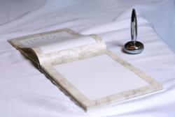 葬儀における芳名帳とは?種類や記帳する時に気をつけるポイントなど詳しく解説