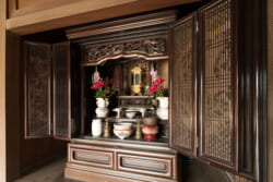 仏壇を買う時は仏事コーディネーターに相談?仕事内容や資格取得方法など詳しく解説