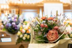 白木祭壇と花祭壇の価格相場を比較|人気のあしらい