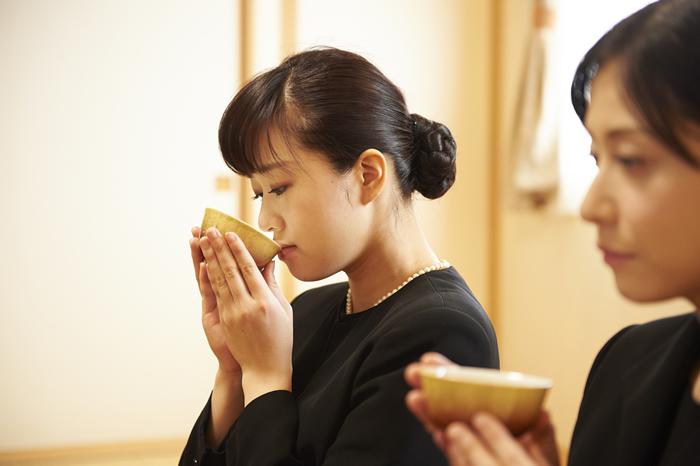 弔問の仕方、挨拶マナーを場面別に解説|お通夜・お葬式・後日弔問